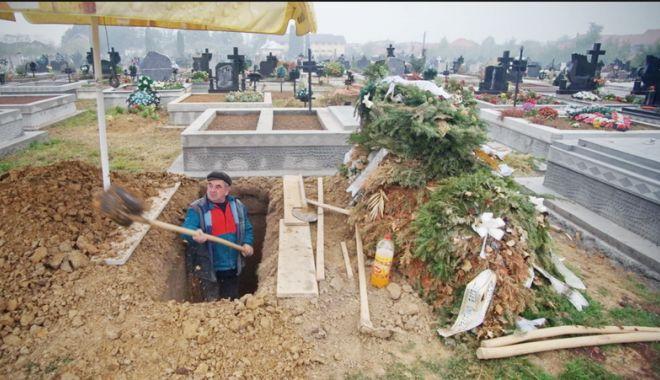 Situații grotești în cimitir!  Morți înghesuiți în cripte prea mici - fondmormon-1530454052.jpg
