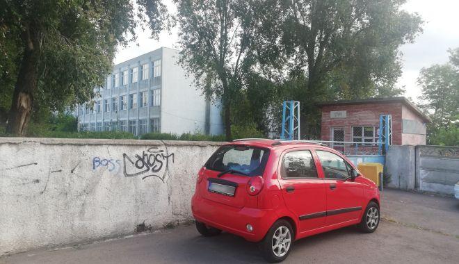 Ce rușine! Sediu de școală, evacuat în grabă, ajuns culcuș pentru oamenii străzii! - fondnavrompoarta610-1601481250.jpg