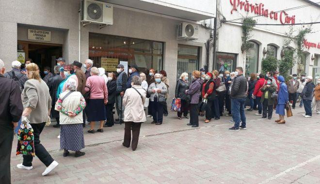 Inconștiență sau disperare? Cozi imense ale pensionarilor, în fața instituțiilor din Constanța - fondpensionariinghesuiala1-1589822480.jpg