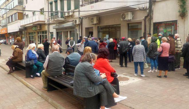Inconștiență sau disperare? Cozi imense ale pensionarilor, în fața instituțiilor din Constanța - fondpensionariinghesuiala5-1589822545.jpg