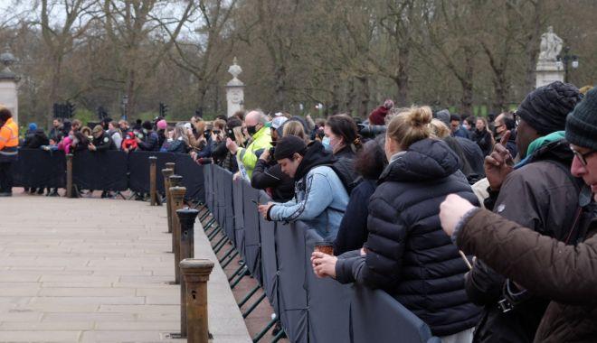 Mii de britanici l-au omagiat pe prințul Philip, în ciuda apelului Casei Regale de a nu fi încălcate restricțiile - fondprintulphilip-1618141008.jpg