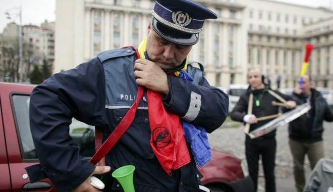 Foto: Polițiștii pun lacătul pe sedii. Noaptea nu se mai lucrează?
