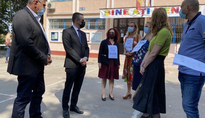 """Protest inedit, în prima zi de şcoală. """"Vrem spaţii pentru elevii noştri!"""" - fondprotestinedit4print-1631554759.jpg"""