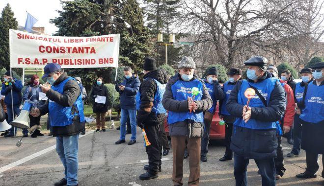 """Protest al polițiștilor, grefierilor și pensionarilor, la Constanța. """"Suntem umiliți!"""" - fondprotestpolitistigrefieri5-1611156461.jpg"""