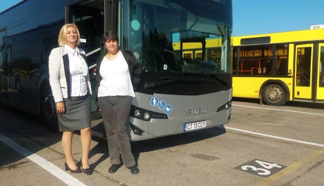 """Foto: Stăpânele autobuzelor de la RATC. """"Unii ne trimit la cratiță, alții fac poze cu noi!"""""""