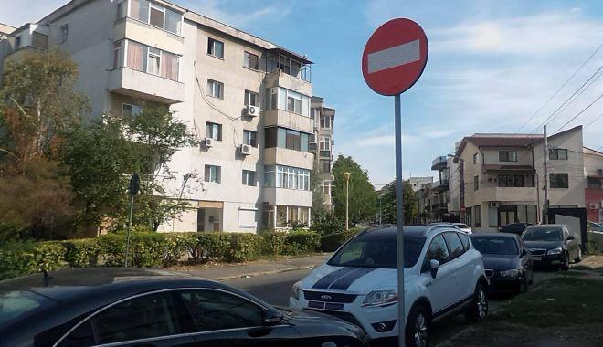 """Foto: Sensul unic pacoste pentru riverani! Soluția propusă: """"Mutați indicatorul 20 de metri!"""""""