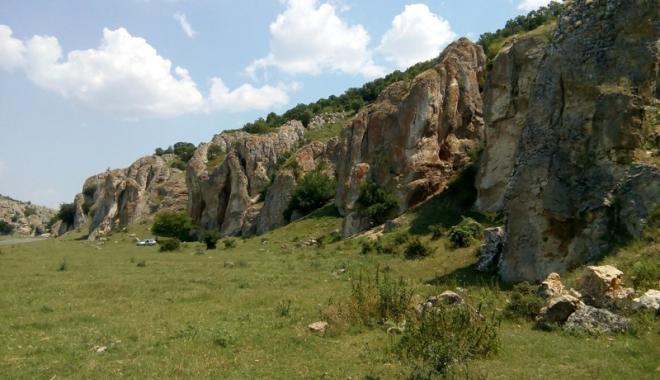 Frumusețile ascunse ale Dobrogei: păduri  și peșteri pline de legende și plaje neștiute - fotofondcheiledobrogei-1496247158.jpg