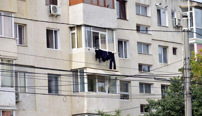 Foto: Imagini dezolante prin cartierele din Constanța. Ce riști dacă îți usuci rufele la vedere