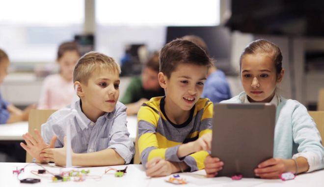 """Foto: Cu telefonul la școală. """"Nu putem să-i ferim de ceva ce este viitorul lor!"""""""