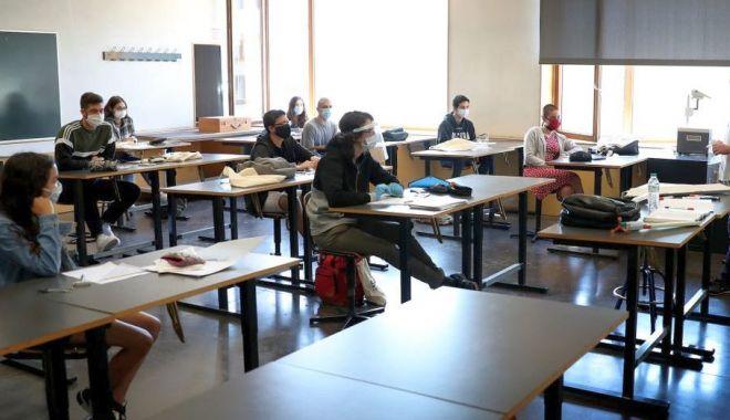 Începe Definitivatul 2020. Profesorii începători dobândesc dreptul de practică în învățământ - fotofonddefinitivat1-1595254459.jpg