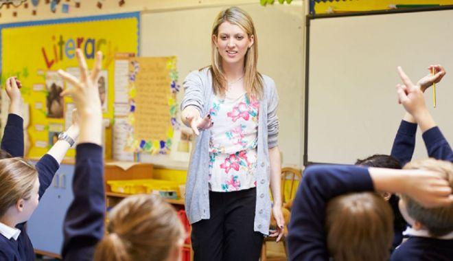 Foto: Directorii de licee nu vor mai trebui să predea la clasă