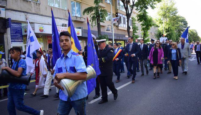 Paradă comunistă în loc de burse mărite.