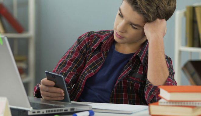 Foto: Începe școala. Cu sau fără telefon la cursuri?