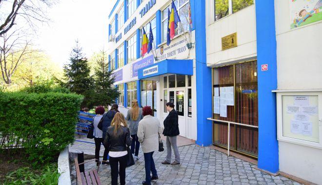 """Foto: Asociația Elevilor cere demiterea directorului Liceului """"Traian"""""""