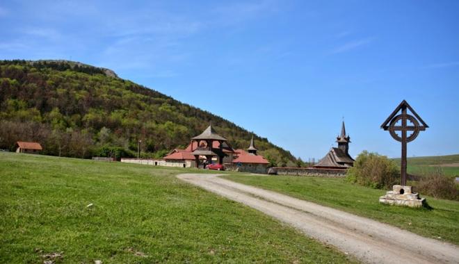 Frumusețile ascunse ale Dobrogei: păduri  și peșteri pline de legende și plaje neștiute - fotofondmanastireacrucea-1496247211.jpg