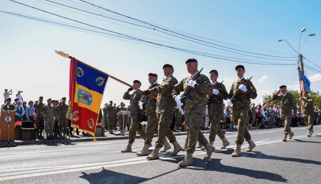 Foto: Marinarii militari și elicopterul Puma Naval, la paradă de Ziua Națională a României