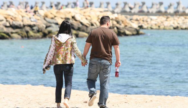 Panică la Costinești. 30 de tineri suspecți și unul confirmat cu Covid-19, în vacanță, la mare