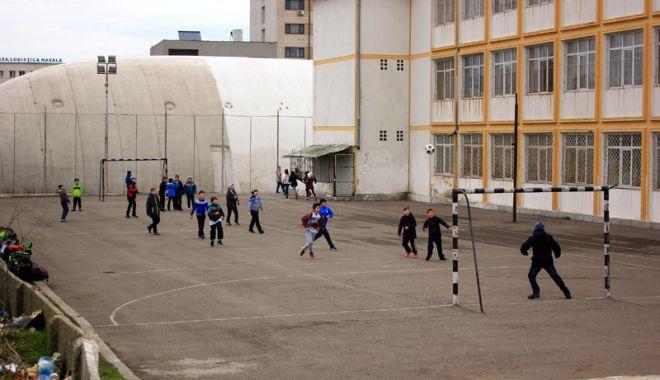 Elevii constănțeni s-au mobilizat. Petiție online pentru ca Primăria Constanța să asigure paza școlilor - fotofondpazascolielevi4-1527089252.jpg