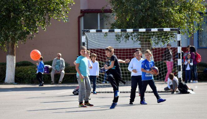 Elevii constănțeni s-au mobilizat. Petiție online pentru ca Primăria Constanța să asigure paza școlilor - fotofondpazascolielevi6-1527089273.jpg
