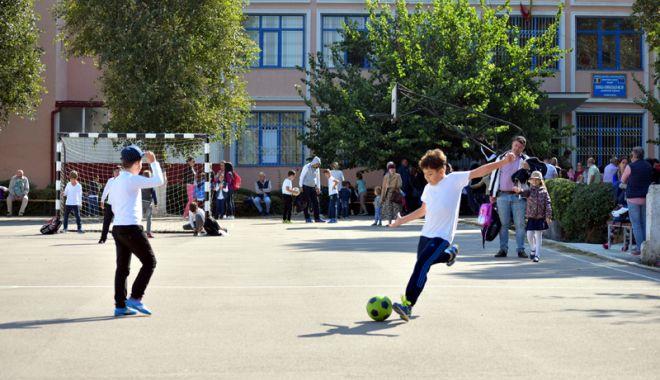 Elevii constănțeni s-au mobilizat. Petiție online pentru ca Primăria Constanța să asigure paza școlilor - fotofondpazascolielevi8-1527089281.jpg