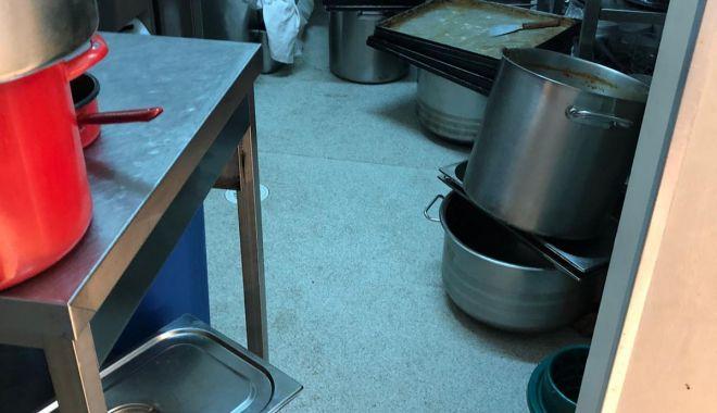 Foto: Porții mici și produse expirate în mâncarea românilor carantinați la Hotel Flora