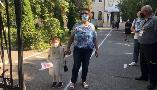 Prima zi de şcoală, în pandemie. Copii veseli, părinţi îngrijoraţi - fotofondprimazidescoala1-1600106801.jpg