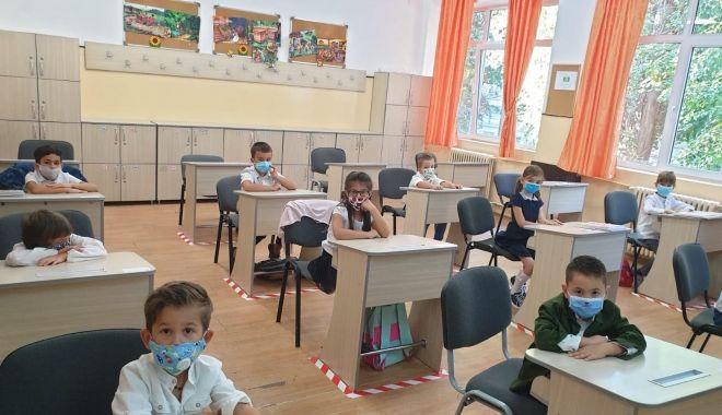 Foto: Prima zi de şcoală, în pandemie. Copii veseli, părinţi îngrijoraţi