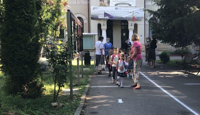 Prima zi de şcoală, în pandemie. Copii veseli, părinţi îngrijoraţi - fotofondprimazidescoala3-1600106811.jpg