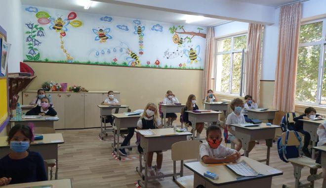 Prima zi de şcoală, în pandemie. Copii veseli, părinţi îngrijoraţi - fotofondprimazidescoala5-1600106832.jpg