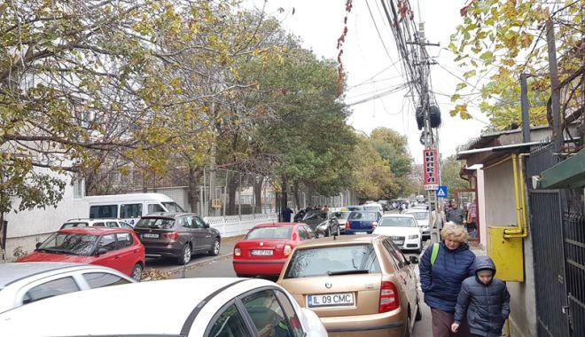 """Foto: Strada """"plângerii"""" din Constanța.  Fără trotuare, fără parcare, fără soluții…"""