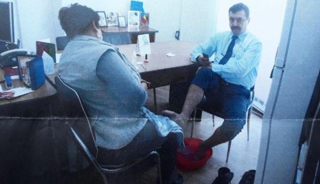 Foto: Răsturnare de situație. Directorul care și-a pus subordonata să-i facă pedichiura a depus plângere pentru șantaj