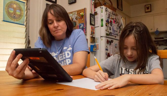 """Părinţii, exasperaţi de şcoala online. """"Am devenit asistenţii doamnelor învăţătoare!"""" - fotoprintfondparintiiexasperati1-1602169851.jpg"""