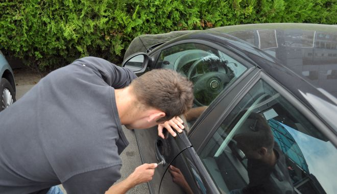 Hoț prins la scurt timp după ce a spart o mașină - furtdinauto-1600450470.jpg