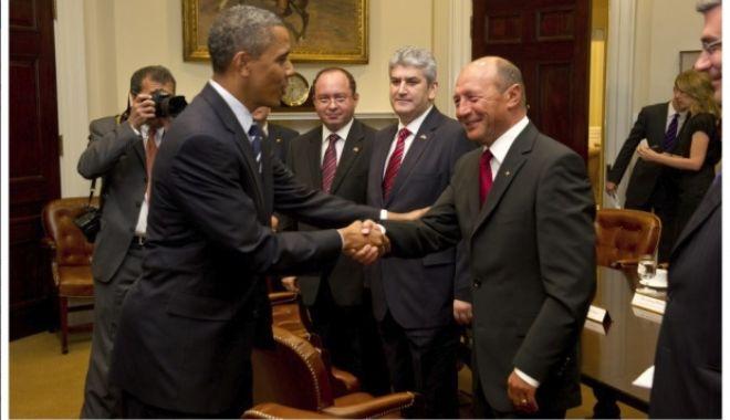 GALERIE FOTO / Gabriel Oprea ar fi trucat o poză ca să pară că a dat mâna cu Barack Obama. A cui e mâna de fapt - gabrielopreaarfitrucatopozacasap-1530284229.jpg