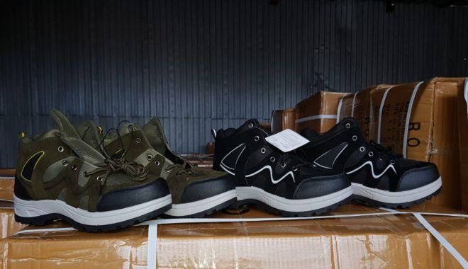 Foto: Încălțăminte și articole vestimentare posibil contrafăcute, confiscate la Constanța