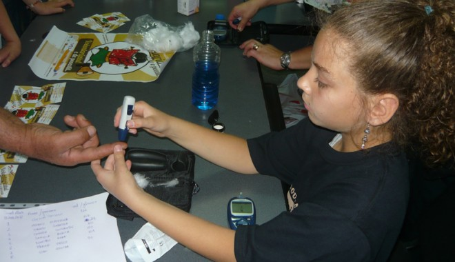 Copiii cu diabet au verificat glicemia redactorilor