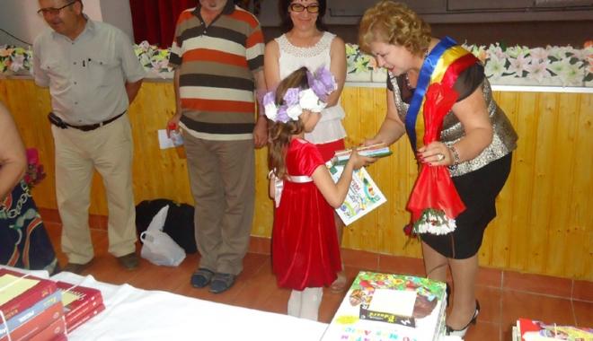 Aleșii din comuna Grădina investesc în educație și sănătate. Elevii, răsplătiți cu cărți - gradina-1467215256.jpg