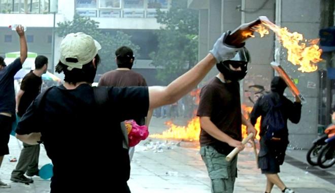 Foto: Revolte în Grecia. Studenții au pătruns în televiziunea publică