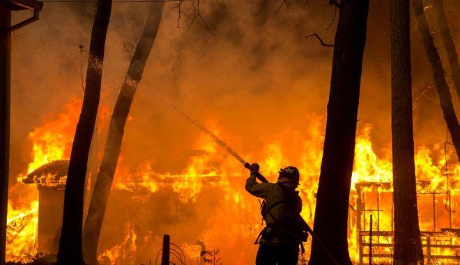 Foto: Nouă morți după incendiile din California. Lady Gaga, Cher și Kim Kardashian, evacuați din Malibu