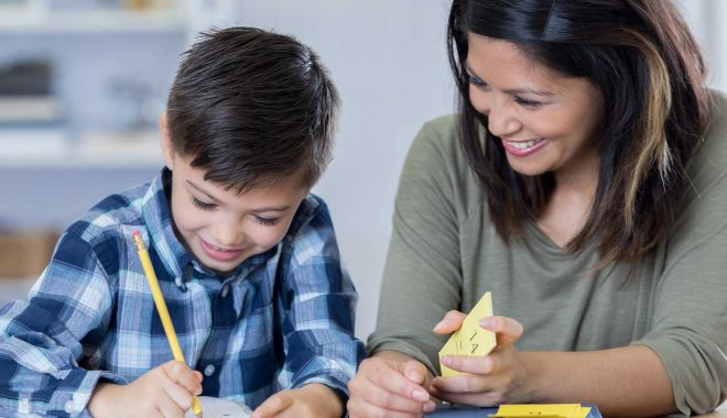Părinții își pot lua zile libere pentru supravegherea copiilor până la încheierea anului școlar - homeworkkidsarticle43-1588700302.jpg