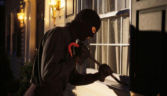 Geantă plină cu bani și un pistol, furate în județul Constanța - hotpistolsursamonitorul-1599407476.jpg
