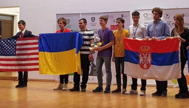 Foto: Trei elevi ai Liceului Internațional de Informatică, matematicieni de forță!