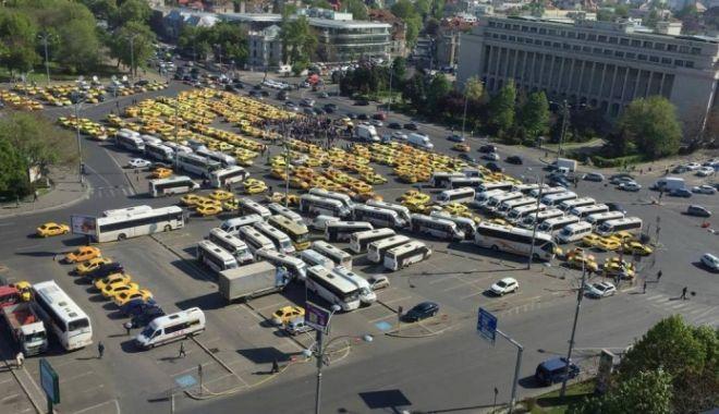 """Foto: """"Jos evaziunea fiscală"""";""""Jos pirateria!"""" Protest al transportatorilor în fața Guvernului"""
