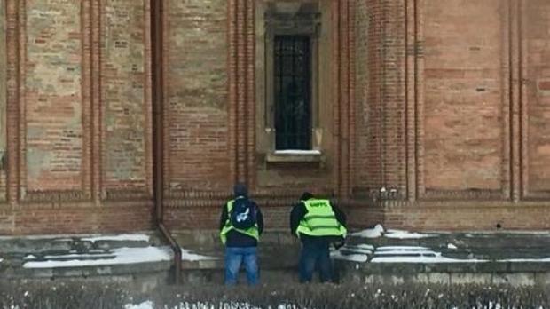 Foto: Doi angajați MAI, surprinși când își fac nevoile pe BISERICĂ