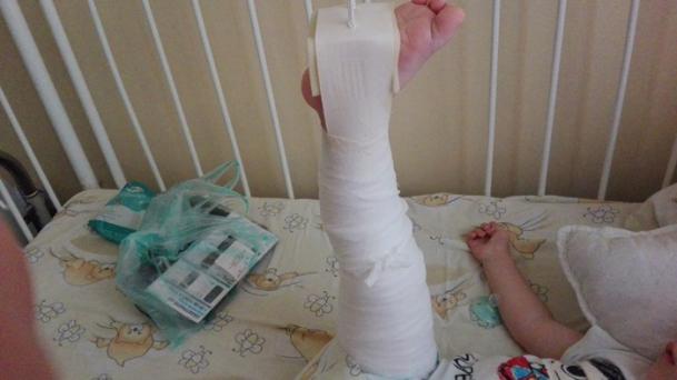 Foto: Băiețel torturat de educatoare, până a ajuns în spital! Agresoarea este fiica patronului, fotbalist cunoscut