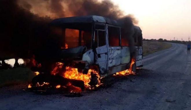 Foto: Un microbuz cu pasageri a luat foc! Mașina a ars în totalitate