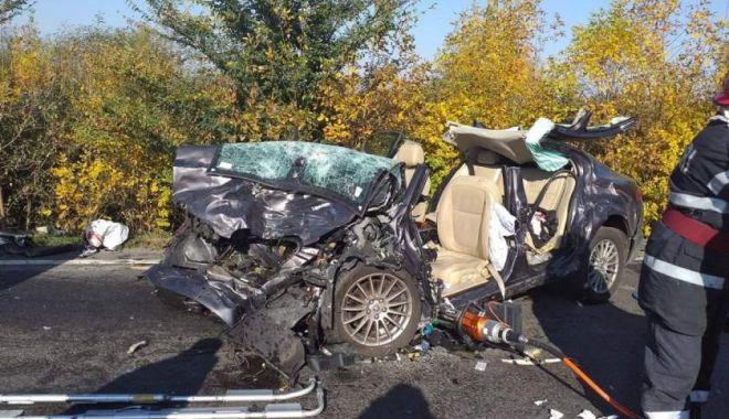 Jaguar făcut praf, după ce șoferul l-a proiectat frontal într-un TIR - img-1571138215.jpg