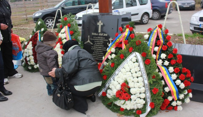 Monument ridicat de părinți și foști colegi eroilor căzuți la Tuzla / Galerie foto - img1502-1383229075.jpg