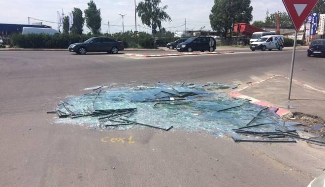 Pericol pentru șoferii din Constanța! Zeci de geamuri sparte pe bulevardul Aurel Vlaicu - img20150514wa0000-1431609453.jpg