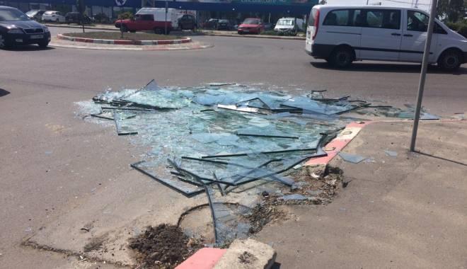 Pericol pentru șoferii din Constanța! Zeci de geamuri sparte pe bulevardul Aurel Vlaicu - img20150514wa0001-1431609463.jpg